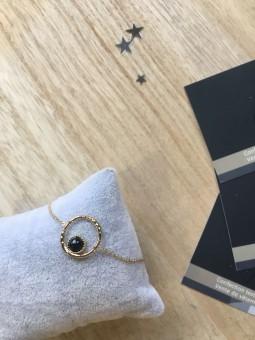Bracelet chainette pendentif perle noir cercle martelé